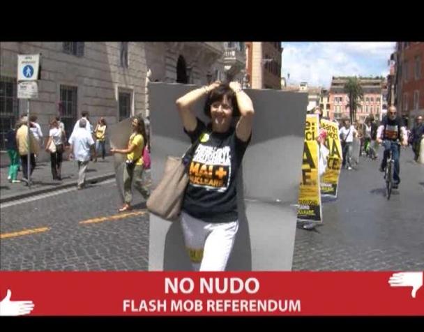 nudi-contro-loscuramento-flash-mob-per-il-referendum