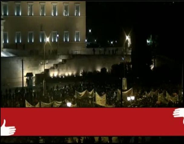 atene-brucia-fiamme-di-fronte-al-parlamento