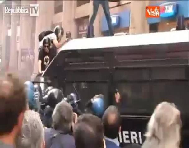 casa-cariche-e-lacrimogeni-contro-i-senza-casa