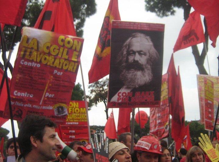 """La gigantografia di Marx intitolata """"Con Marx per sempre"""" del PMLI alla manifestazione della Fiom"""