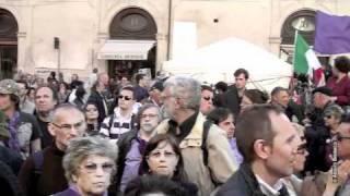 il-popolo-viola-davanti-al-parlamento