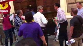 lecce-6-settembre-2011-sciopero-generale-il-lancio-delle-mutande
