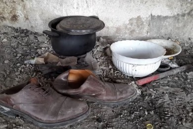 scarpe e oggetti dei migranti a Trieste